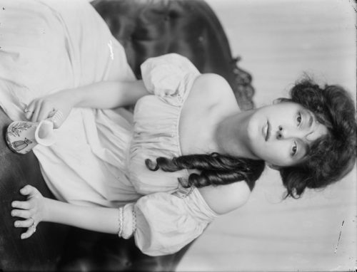 Gertrude Käsebier: Evelyn Nesbit about 1900 at a time when she was brought to the studio by Stanford White