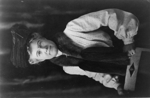 Frances Benjamin Johnston: [Mattie Edwards Hewitt, half-length portrait, standing, facing front]
