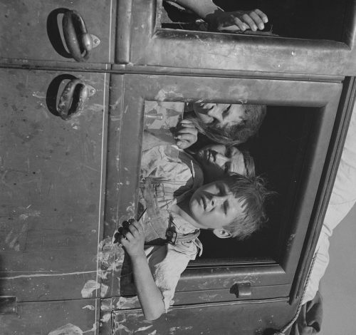 Dorothea Lange: Children of migrant agricultural workers in California
