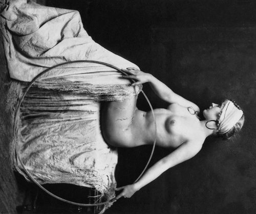 Alfred Cheney Johnston: Posing nude woman
